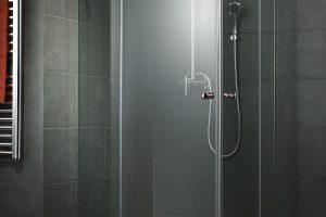 Egyedi zuhanykabinok gyönyörű üvegfelületekkel.
