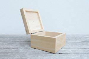Fa dobozok az átlátható tárolás céljából.